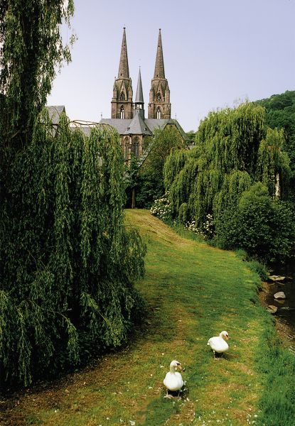 Postkarte: Elisabethkirche von Osten mit Schwänen